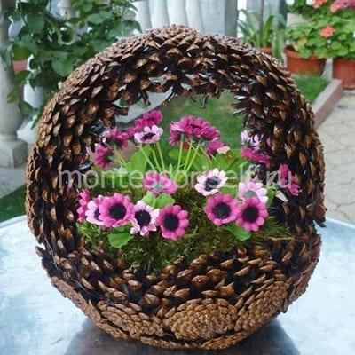 Корзина из шишек с цветами