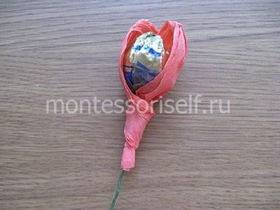 Оборачиваем конфету бумагой
