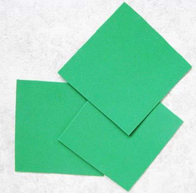 Вырезаем три зеленых квадрата