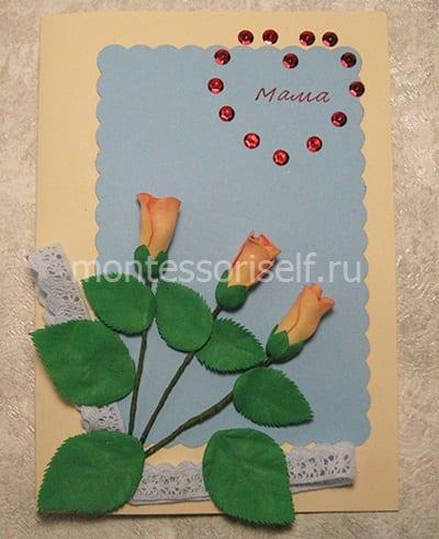 Приклеиваем цветы с листиками