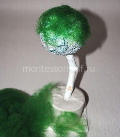 Приклеиваем зеленый синтепон