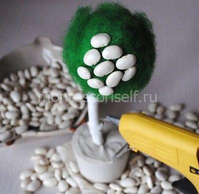 Приклеиваем зерна фасоли