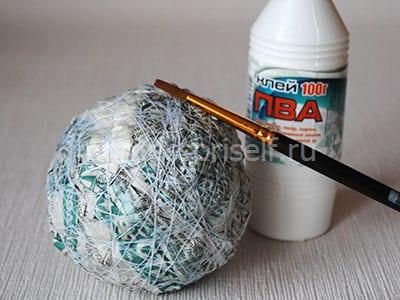 Обмазываем шар с нитками клеем