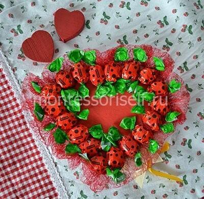 Подарок с конфетами в виде сердца