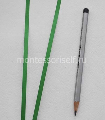 Вырезаем полоски из зеленой бумаги