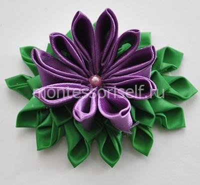 Приклеиваем цветок на зеленый круг
