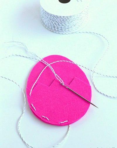 Сшиваем части яичка между собой