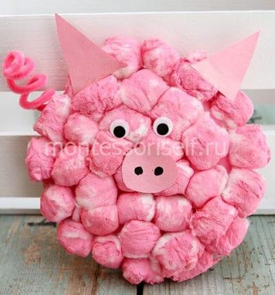 Свинка из ватных шариков на бумажной тарелке