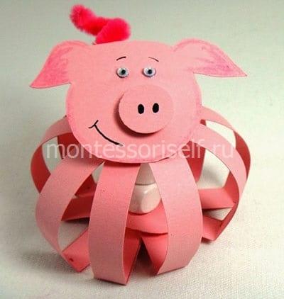 Свинка символ 2019 года из бумажных полосок