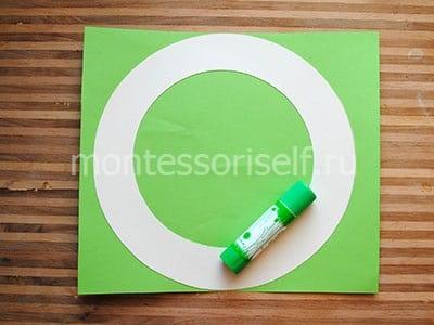 Приклеиваем зеленый картон