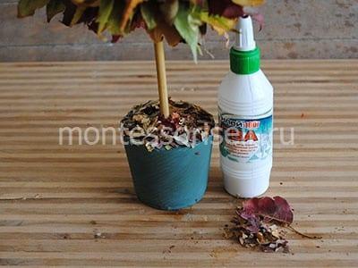 Посыпаем листвой почву