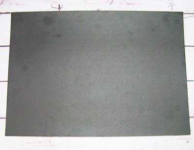 Кладем лист черного картона