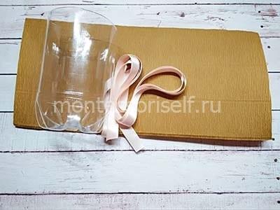 Обрезок пластиковой бутылки, лента и коричневая бумага