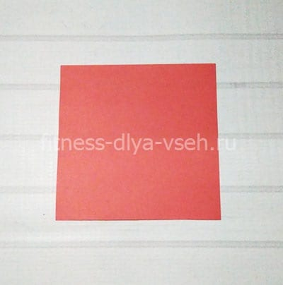 Квадрат из красной бумаги