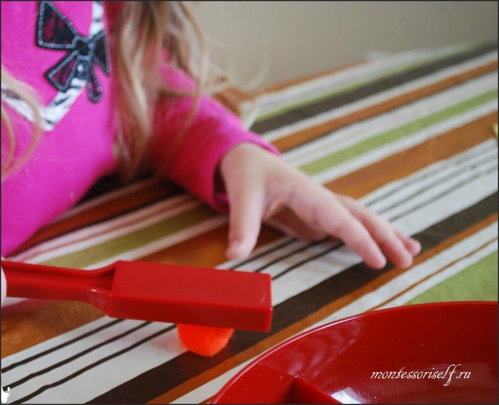 ребенкок проверяет свойства магнита