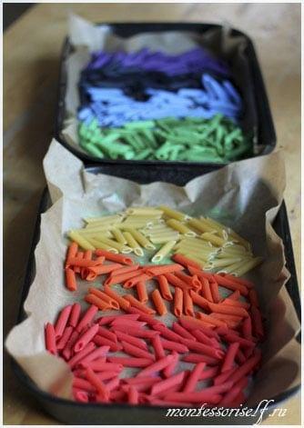 цветные макароны высушиваются на бумаге