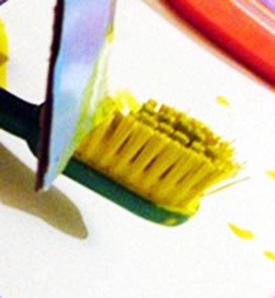 Брызги зубной щеткой