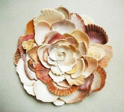 Цветок из ракушек разного цвета и формы