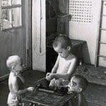 Старшие и младшие играют и трудятся вместе