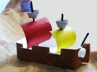 Кораблик из коробки и трубочек