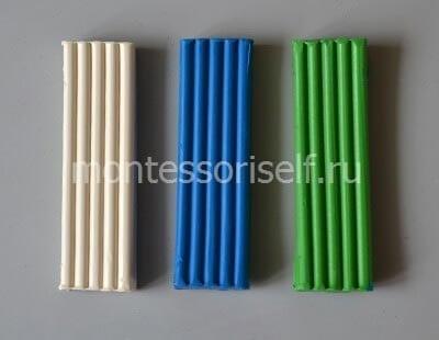 Белый, синий и зеленый пластилин