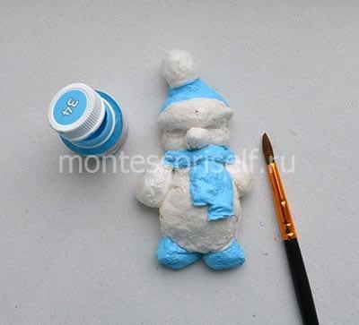Раскрашиваем поделку голубой краской