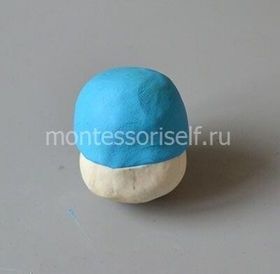 Соединяем большую часть синего пластилина и половинку белого