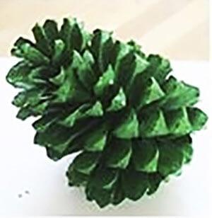 Новогодняя поделка елка из шишек 2