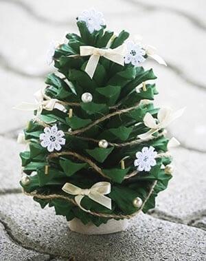 Новогодняя поделка елка из шишек 5