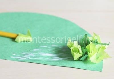 Приклеиваем на полукруг зеленые бумажки