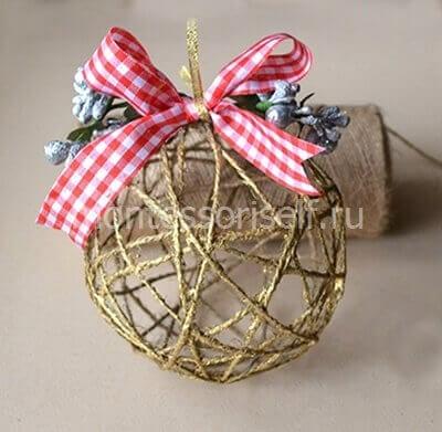 Елочный шарик из ниток на Новый Год