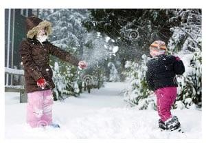Зимняя забава - игра в снежки