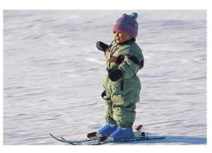 Зимняя забава - катание на лыжах