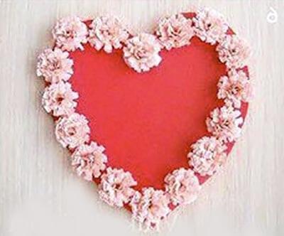 Приклеиваем цветы на сердечко
