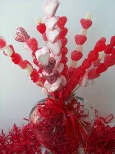 Нанизываем конфеты на палочку