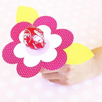 Вставляем в центр цветка конфету