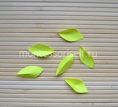 Листочки из желтой бумаги