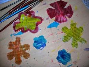 Раскрасили газету и вырезали из нее цветочки