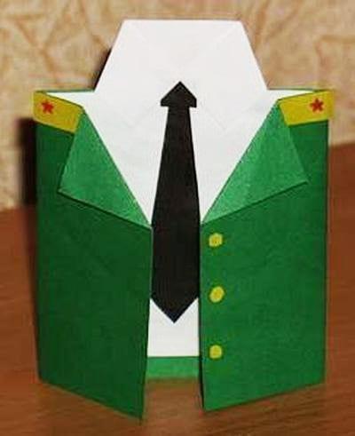 Приклеиваем китель из зеленой бумаги