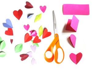 Вырезаем разноцветные сердечки