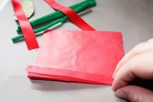 Складываем гармошкой красную бумагу