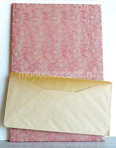 Приклеиваем конверт к постаменту