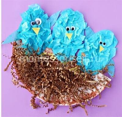 Птенцы в гнезде из кусочков бумаги