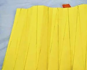 Будущие лучи на желтой бумаге