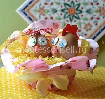 Петушок и курочка из яичной скорлупы