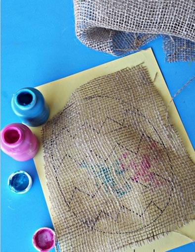 Кладем ткань на наше нарисованное яичко