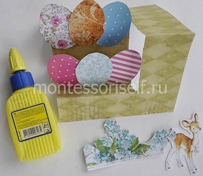 Приклеиваем яички из цветной бумаги