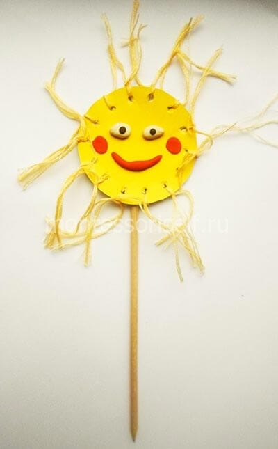 Улыбающееся солнышко на палочке