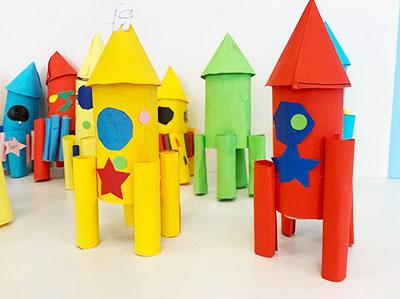 Ракеты из картонного рулона и цветной бумаги
