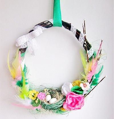 Венок на пасху с перьями, цветами и вербочками